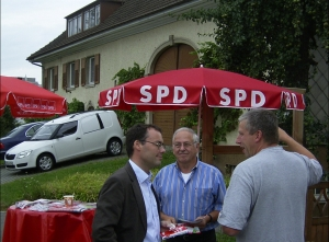 Im Bild v.l.n.r. Peter Friedrich, Georg Ruf von der SPD Gottmadingen und ein Gottmadinger Bürger.