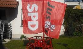 Der Blickfang auf dem Sommerfest: Ein original FAHR-Leiterwagen mit SPD Beflaggung