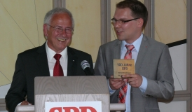 Georg Ruf überreicht Marius Osswald eine Gedenktafel zu 100 Jahre SPD Gottmadingen